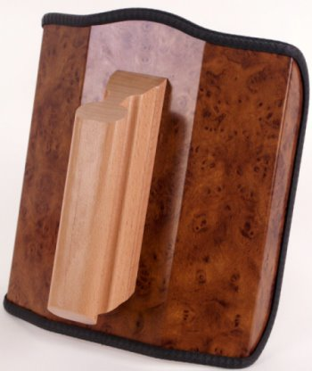 Dieses Bild zeigt das Re-Champ Handregiepult für Fernbedienungen in Wurzelholz-Nachbildung